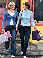 Reclame op draagtassen bij shoppers in het straatbeeld